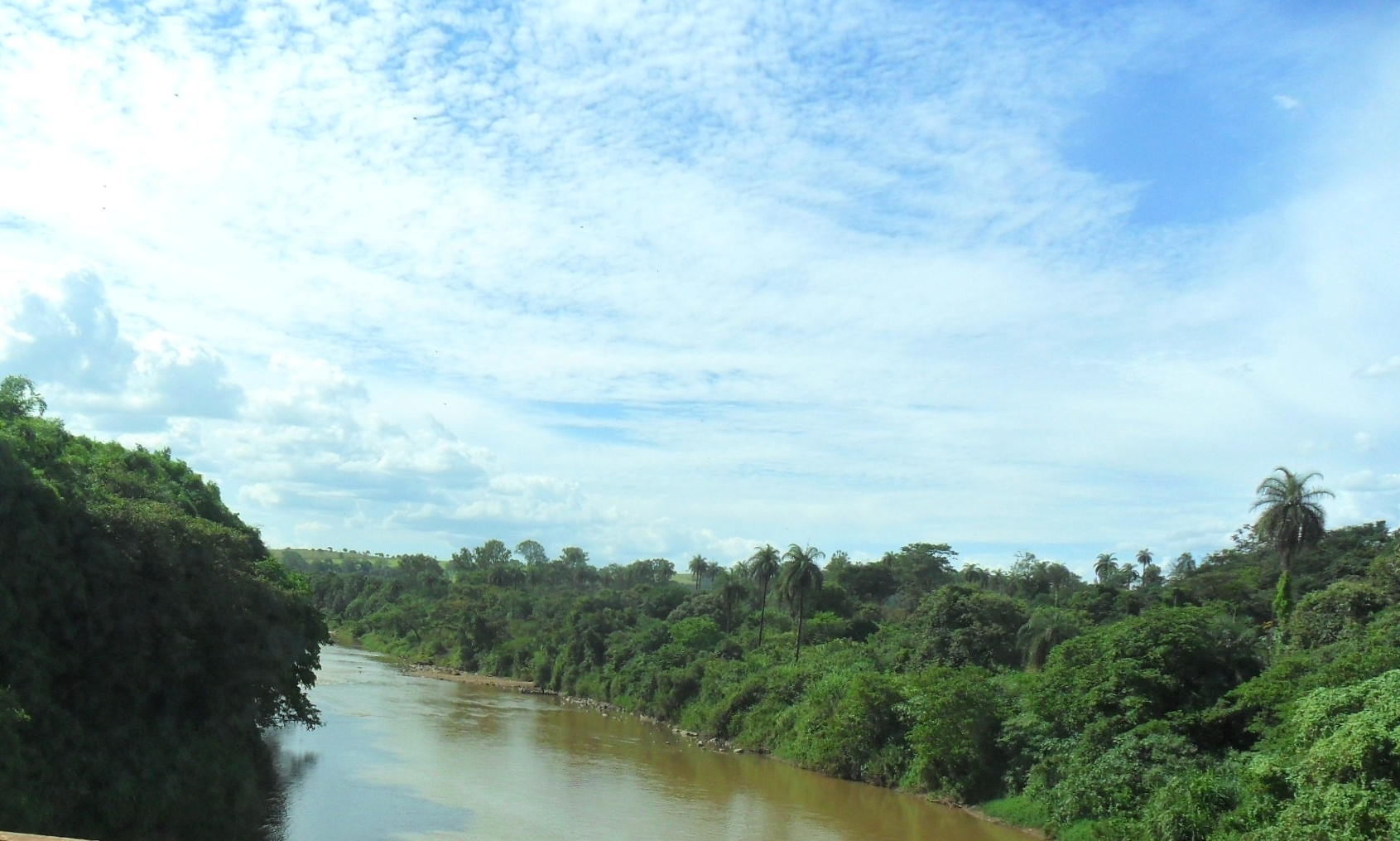 Rio Paraopeba na divisa dos municípios de Betim e São Joaquim de Bicas em Minas Gerais, Brasil