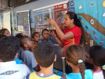Alunos visitando o Centro Itinerante de Difusão de Ciência e Ecologia (Foto: acervo do Projeto Manuelzão)