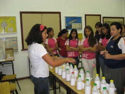 Membro do NuVelhas em visita a escola (Foto: acervo Projeto Manuelzão)