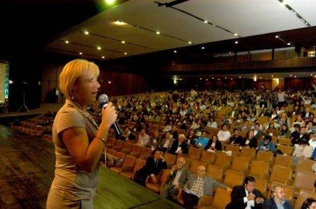 Kinga Krausa apresentou o Projeto Switch, iniciativa de transdisciplinalidade na Europa     Foto: Renato Cobucci/ Secom MG