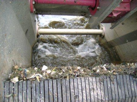 As Estações de Tratamento de Esgoto (ETEs) na Grande BH gastam aproximadamente R$ 1,2 milhão para limpar as 120 toneladas de lixo retiradas todos os dias das estações. (Foto: Acervo Manuelzão)