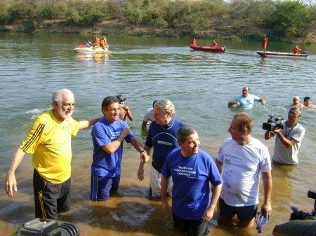 Num ato simbólico que marcou o fim da Meta 2010 e início da Meta 2014, os coordenadores do Projeto, Apolo Heringer e Marcus Vinicius Polignano nadaram no Rio das Velhas, acompanhados por várias autoridades. (Foto: Anna Carolina Aguiar)