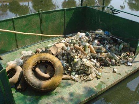 Vidros, metais, plásticos, papéis e lixo orgânico, tudo isso podia ser encontrado nos 583 quilos de resíduos coletados pelos participantes durante o evento. (Foto: Larissa Flores)